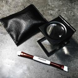 Szkło powiększające + szczoteczka do igły: Zestaw L'Art du Son Brush & Magnifier Set